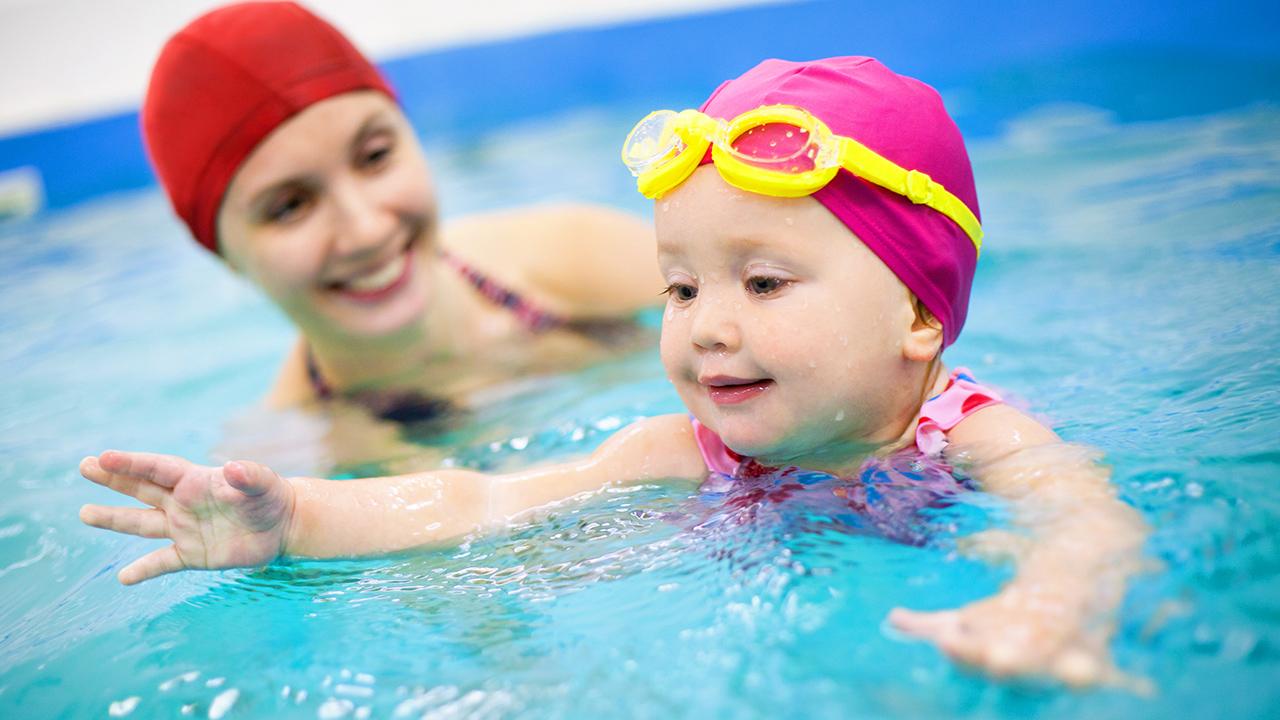 bebês na piscina